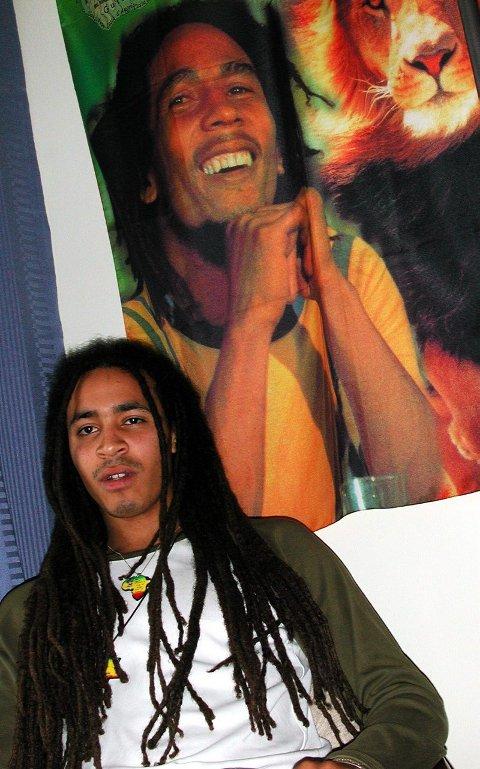 FORBILDE: Marco foran et av flere bilder av Bob Marley hjemme på hybelen. Han er et forbilde, rapperen 2pac er et forbilde, men aller størst er faren, Ben Da Veiga, et forbilde for Marco. Han ga ut plate i 1999.