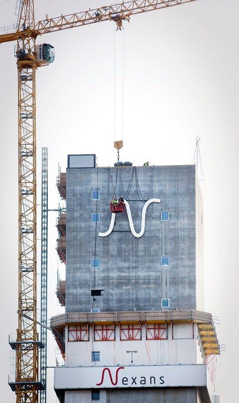 De har hatt en luftig jobb, de to som har montert opp den store N-en på Nexanstårnet.