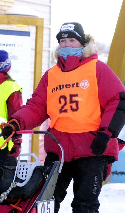 Nina Skramstad (bildet) haler innpå ledende Erle Frantzen i Finnmarksløpets 500 km klasse.