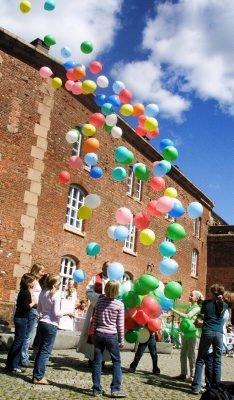 Bønneballonger: Sammen med ni barn slapp prostiprest Georg Børresen seksti ballonger med bønner til værs. Alle foto: Mariann Leines Dahle