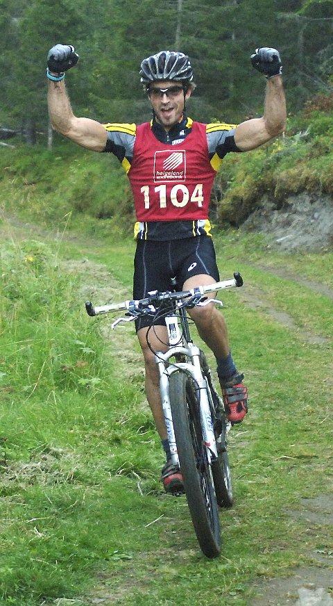SEIER: Vinner Yngvar Hansen strekker armene i været og signaliserer seier etter 16 kmi terrenget.