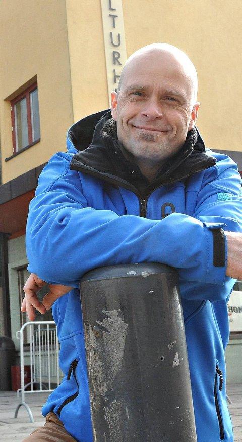 QUIZSJEFEN: Vidar Unnerud har lang farts tid innen quizkonkurranser. Tirsdag leder han finaleshowet i «5 rette» i Askim kulturhus. Foto: Helge Mathisen