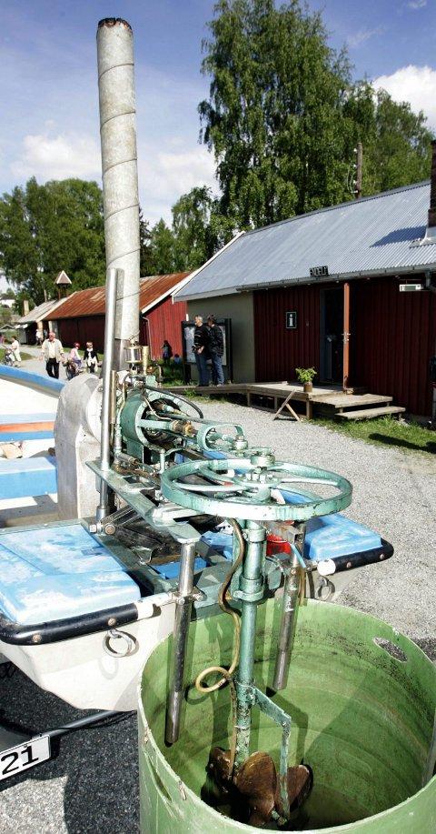 FYRER MED VED: Vedfyring er det som skal til for å få en Stirling varmluftsmotor til å gå.