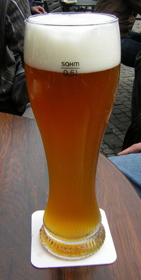 Du må være 18 år for å kjøpe øl. Burde det være sånn?