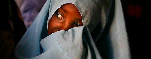 En muslimsk jente på skolebenken for å lære fra Koranen, i landsbyen Bwejuu i Zanzibar, Tanzania (2. desember 2007).