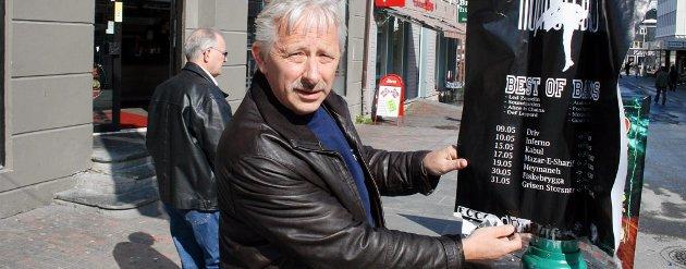 RIV DEM NED: Kjell Arvid Andreassen i Driftig Sentrum er lei plakatsvineriet, og oppfordrer folk til å rive dem ned.