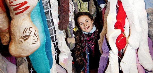 TITTEI: Amelia Gillard (10) midt inni 600 strømpebuksebein. Foto: Silje Rindal