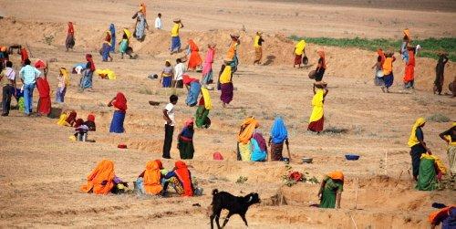 Dette er faktisk veiarbeid på indisk. Damene har ansvar for å grave grøfter for å legge ned kabel. Foto: Stein B