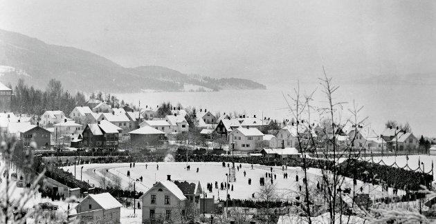 SKØYTE-NM I 1952: Siste helg i januar 1952 var 13.000 tilskuere til stede og så Hjallis sette ny verdensrekord på 10.000 meter, som en opptakt til store triumfer under vinter-OL i Oslo få uker senere.Foto: Mjøsmuseet