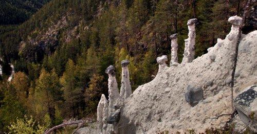 Jordpyramidene i Uldalen innafor Selsverket mot Rondane er dei einaste av sitt slag i Nord-Europa og eit naturfenomen som det ikkje finst mange av i verda.   Forholdsvis lett tilgjengeleg, og med mykje betre tilrettelegging dei siste åra, har dette vore ein turistattraksjon.  (Arkivfoto: Geir Olsen)