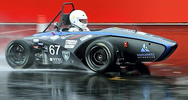 RÅ BIL: Det er ikke akkurat noen Ola-bil Revolve NTNU har bygd. Den går så det suser under Formula Student på Silverstone. Mannen i bilen er Kristoffer Kjærnes fra Våler.