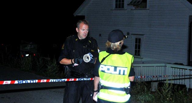 Politiet er i gang med å henge opp de første sperrebåndene.