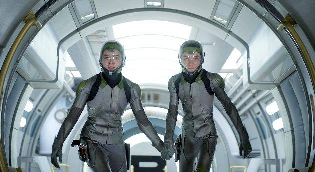 Asa Butterfield og Hailee Steinfeld må redde fremtiden til jorden.