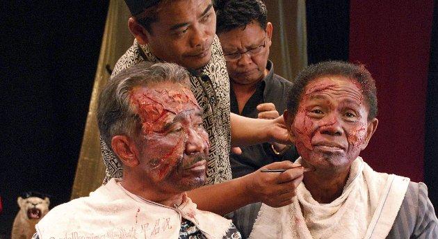 Dokumentarfilmskaperen Joshua Oppenheimer overtaler  drapsmennen i Indonesia til selv å filmatisere scener fra sitt liv.