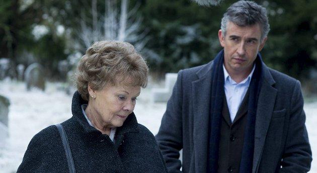Pensjonisten Philomena (Judi Dench) og den diskrediterte journalisten Martin Sixsmith (Steve Coogan).