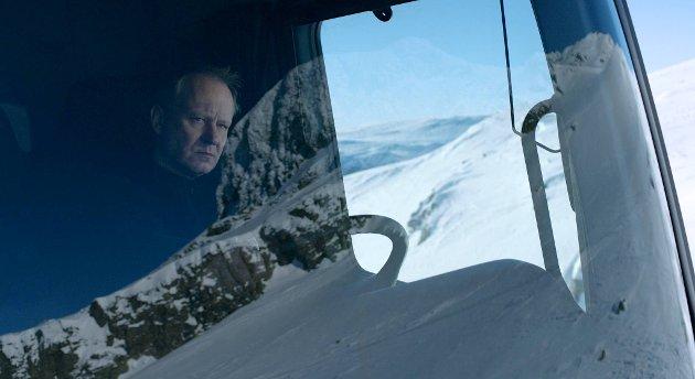 Hans Petter Moland har knapt vært dristigere som filmregissør, men har en stoisk og innful Stellan Skarsgård-skikkelse som holder filmen nede tross overdrivelsene.