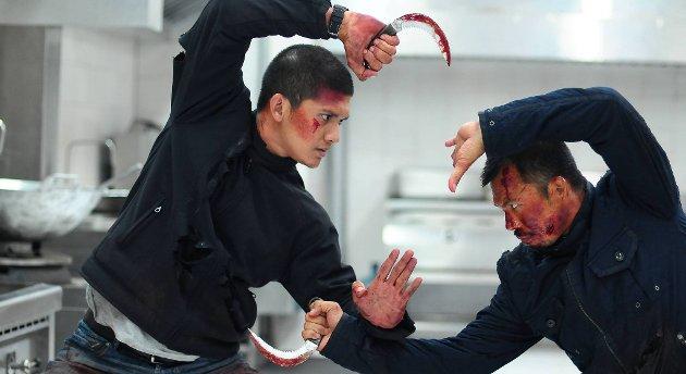 «The Raid 2» overgår forgjengeren i utspekulert voldsestetikk, mener vår anmelder. Derfor har da også filmen helt korrekt fått en absolutt aldersgrense på 18 år. Her er vår mann, politimannen Rama (Iko Uwais t.v.) i gang med å få bukt med de nådeløse kartellene i Jakarta.