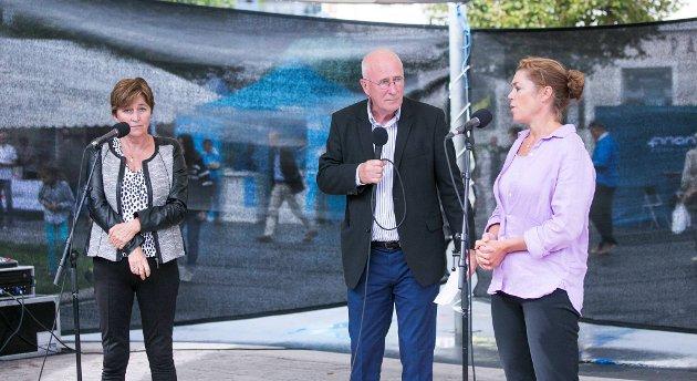 Gerd Kristiansen (LO) (t.v.) og Kristin Skogen Lund (NHO) i debatt under Arendalsuka om endringene i arbeidsmiljøloven. Debattleder er Stein Gauslaa.