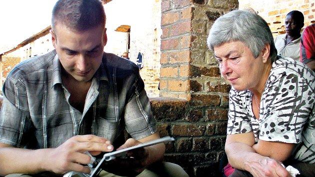 Tjostolv og Mathilde Moland titter på familiebilder.
