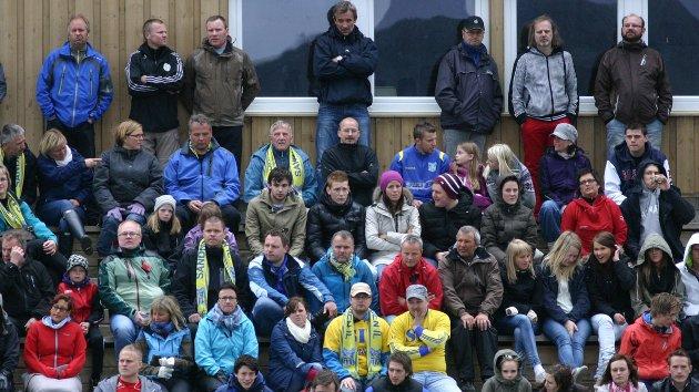 Publikum på Stamnes Arena. SIL - Lofoten 3-1, 14. mai 2011. Foto: Lars Olve Hesjedal