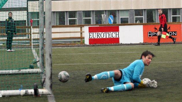 Asgeir Salamonsen skyter flatt fra spiss vinkel.  Glimt-keeper Emir Resulbegovic ser ut til å holde den, men han glipper, og ballen triller ...i mål. 1-0 til SIL!