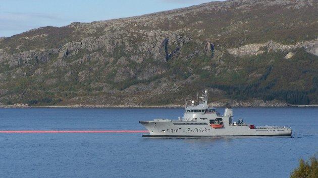 KV Barentshav samler opp popcorn som er sluppet på vannet for å simulere olje.
