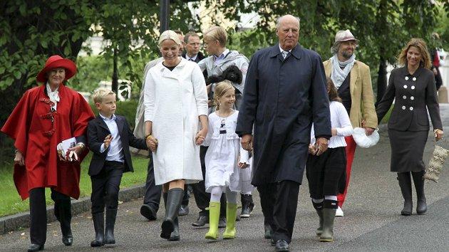 KOM I SAMLET FLOTT: Hele kongefamilien samlet seg for å feire Mette-Marits 40-årsdag. Til pressen måtte hun innrømme at hun synes det er godt at hun har en dag til før hun fyller år.