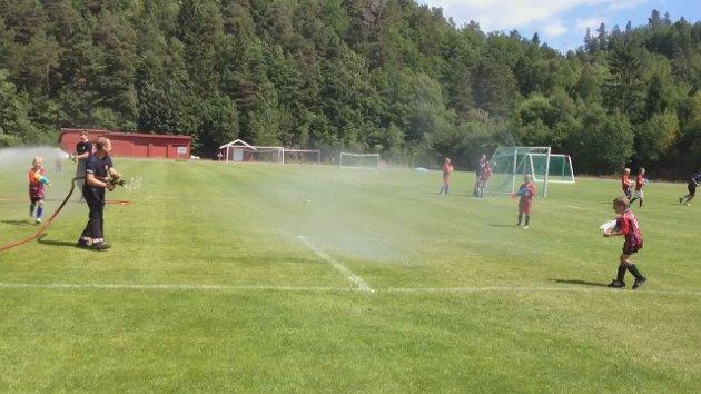 fotballspillere ble dynket av brannvesenet