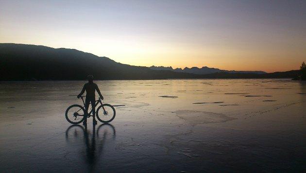 Soltur på Vatnvatnet. Syklist Tom Mentzoni nyter den lyse mørketida. Foto. Jørn Johansen