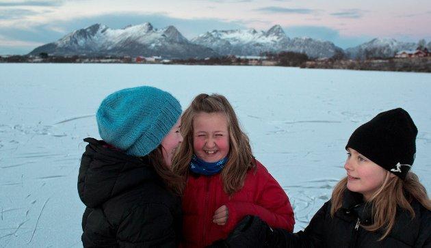 Kaia Woie i munter lek med venninner i Sørvågen. De storkoser seg på isen.