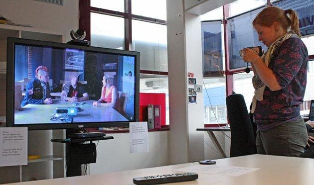 NUFF-deltakerne i Tromsø kommuniserer med sine venner i Gaza via Skype og videokonferanse.