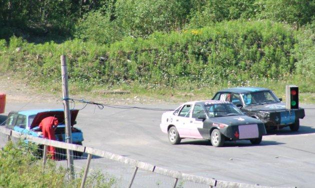 Motorsport Vedal motorbane. NMK Brønnøy og NMK Ytre Namdal med kurs for ungdom 15-18 år. Mekking: Noen måtte ha starthjelp på plata. Bilder: Norma Moen