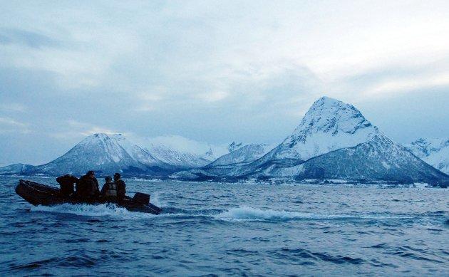 På vei ut fra Dragnes til Stor-Skjervøya, der sprenginga skulle foregå.