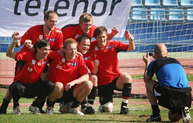 Fornøyd vinnerlag på trening. Bak Henrik Nordnes og Vegard Braaten. Foran Martin Knudsen, Ole Martin Årst, Hans Åge Yndestad og Joachim Walltin. Morten Kræmer tar bilde.