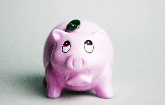 OSLO 20080226:   Sparegris. Penger. Pengesekk. Penger på avveie. Sparing. Bruk av penger. Økonomi. Sløsing. Økonomistyring. Pengeflom. Alt det gode kommer ovenfra. Rosa gris. Trist. Sparebøsse. Penger som flyr.   Foto: Sara Johannessen / SCANPIX