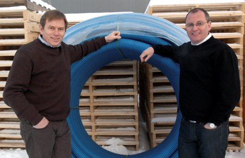 MOT STRØMMEN: Daglig leder Geir Kåre Kroken og fabrikksjef Nils Christian Steig,ved Isoterm i Ringebu, kan vise til gode tider ved fabrikken på Frya. Foto: Kristin Veskje