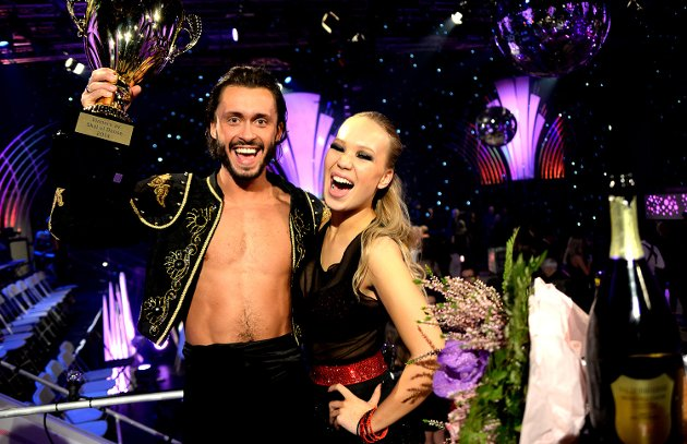 SEIER! Danser Egor Filipenko har gjort danser av Agnete Johnsen gjennom en lang høst med Skal vi danse. Lørdag kveld kunen de feire med blomster, pokal og sjampanje!