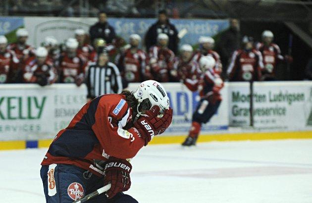Knut Henrik Spets tar seg til hodet etter å ha bommet på en scoringsmulighet under andre finalekamp mellom Lørenskog Ishockeyklubb og Stavanger Oilers. FOTO: BENJAMIN A. WARD