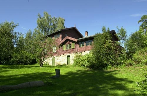 Bygninger og eiendom som huser Fjordheim Galleri str ogs p kommunens salgsliste. Her jobbes med en lsning sammen med stiftelsen som driver Galleri Fjordheim.