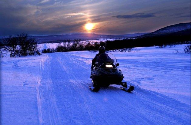 Regjeringen vil slippe fri snøscooterne, mens Erling Gjelsvik vil ha naturen så stille og urørt som mulig.