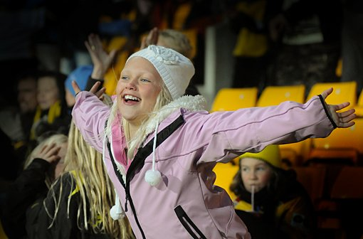 KJEMPEBRA: Elise Hellegård (10) Lillestrøm jubler til LSKs scoring.FOTO: VIDAR SANDNES