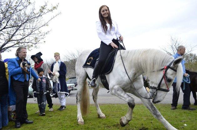 17. mai i Brønnøysund. Cirkus Zorba er i byen og satte sitt preg på folketoget. Her er verdens yngste sirkusdirektør Ronja Gujord (22) på hesteryggen. (Bilder: Sigfrid Hagerup)