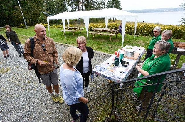 Erlend Loe fikk en varm velkomst av Bygdekvinnelaget på Øst-Modum da han ankom Fjordvåg og Litteraturfestivalen. Bygdekvinnene fikk skryt for elggryte og elgburgere i år også.