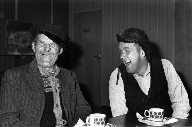 Arthurt Arntzens Oluf-figur ser dagens lys for første gang på ungdomshuset i Tromsdalen på 1950-tallet. Oluf er egentlig ishavskipper og monologen slår så godt an at Arthur Arntzen velger å bruke ham igjen. Her med Håkon Knutsen.