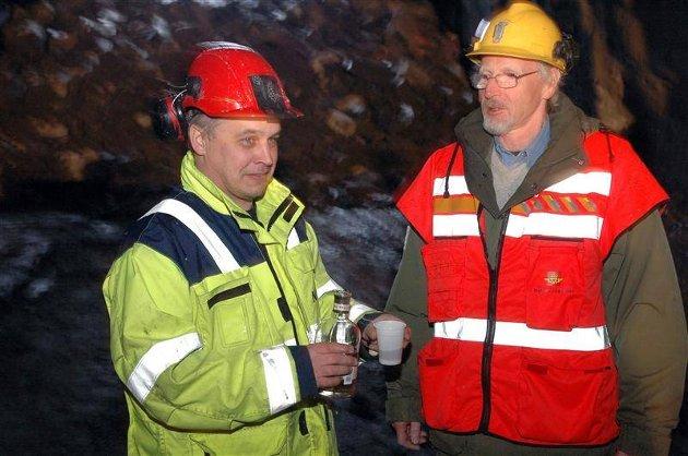 Anleggsleder Alf Helge Tollefsen spanderte cognac på arbeidslaget som sto for gjennombruddet, og på ordfører Knut Reinset.
