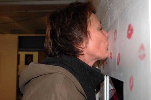 Avtrykk. Ellen Hagen gir speilet sitt kysseavtrykk.