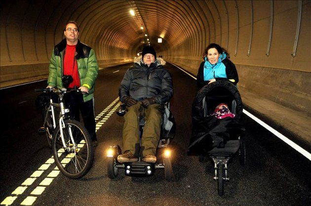 Oppoverbakke: Roger Naas med sykkel, Per Einar Honstad i elektrisk rullestol og Lill Andresen med barnevogn på vei opp til Kristiansund igjen.