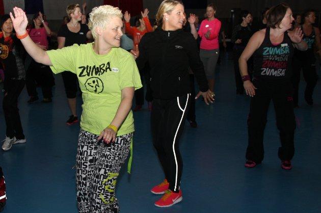 Monica Jacobsen (t.v.) blir bare mer og mer gira på zumba og synes det er så deilig selv om det er knallhard trening i flere timer.