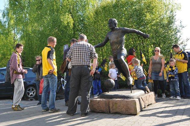 LSK-SOGNDAL: En kjær møteplass for publikum er ved statuen av Tom Lund utenfor Åråsen.