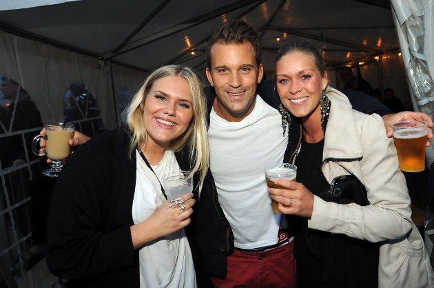 GOD STEMNING: Lea Aursand (24), Leander Eggen (26) og Therese Hammeren (27) trives med folk og stemning på byfesten.